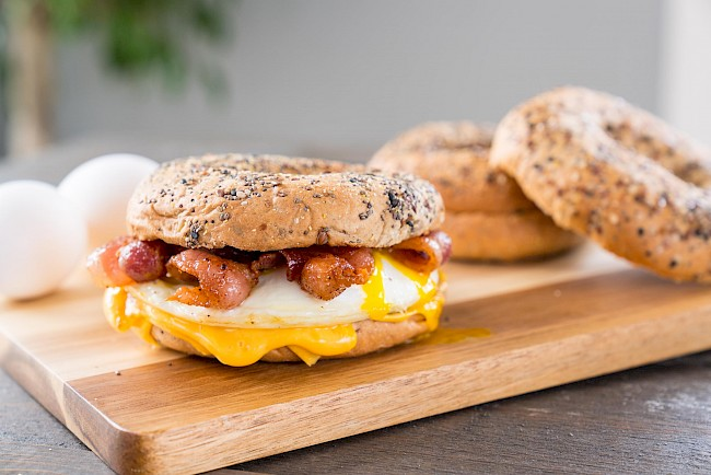 Bagel with cheese and bacon - calories, kcal